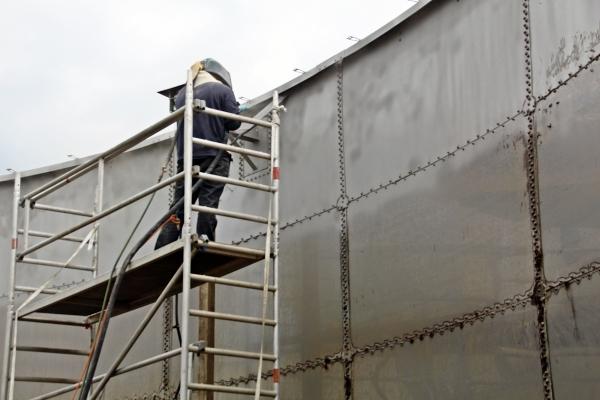 Wandfläche mittels sandstrahlen oberfläche vorbereiten