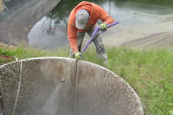Wasserdruckstrahlen zum Reinigen des Betons